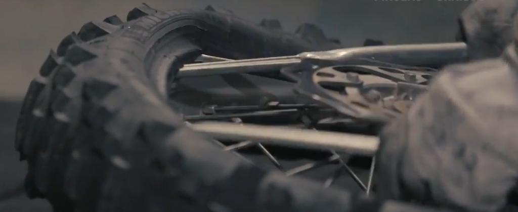 Objectif Dakar épisode 4 - tuto changer un pneu de moto
