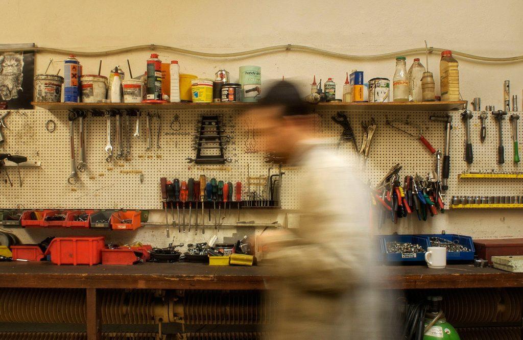 Outils dans un atelier mécanique