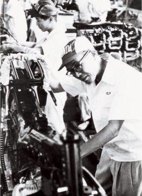 M. Honda travaillant sur le Super Cub