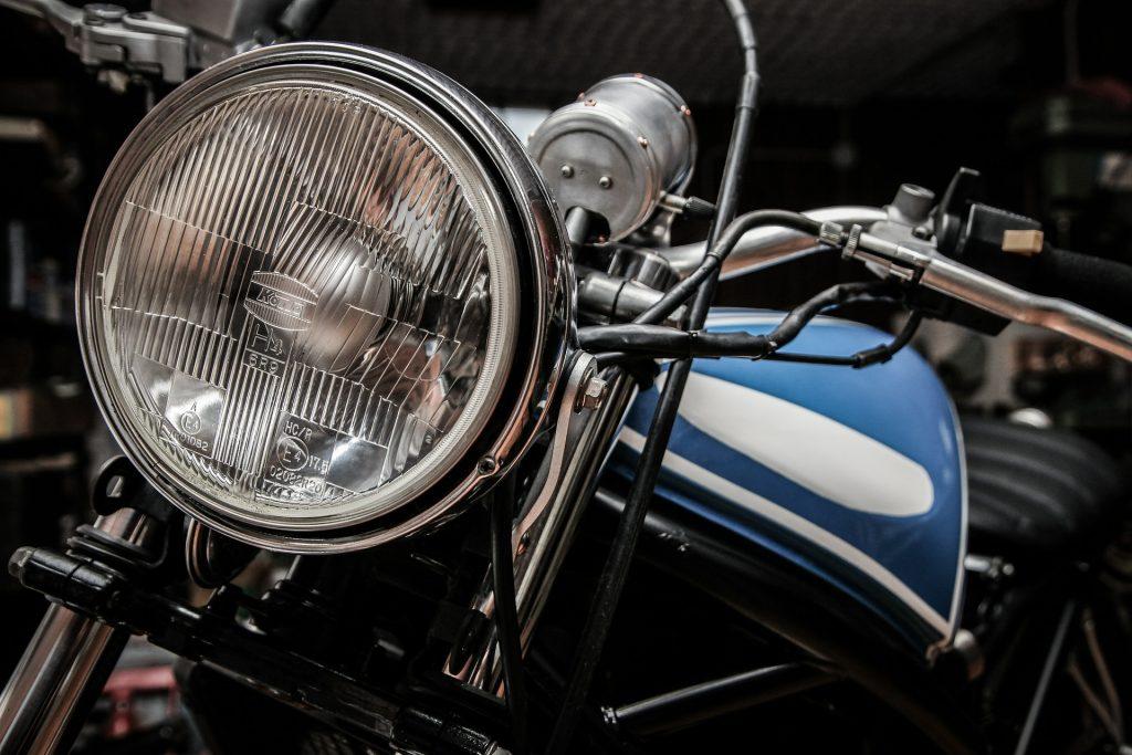 Maintenance moto, vérification des phares et des câbles