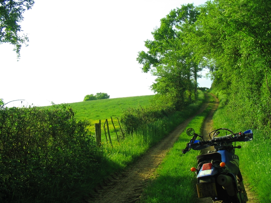 Chemin avec moto ©Codever